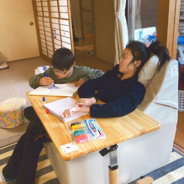 寝ていることが多い肢体不自由の児童が座って活動するための椅子と机(社会福祉法人信濃こぶし会・パドルダッククラブ)