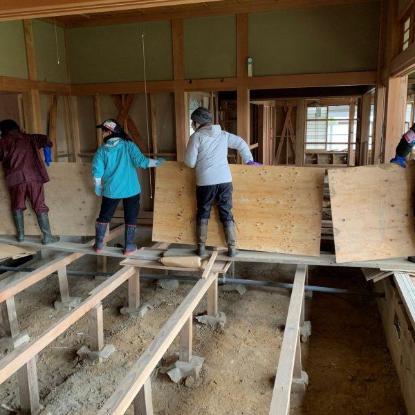 浸水した建物の床と壁を剥がし、床下の泥出しをする支援に