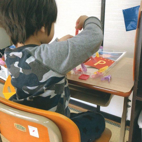 障がいや成長に合わせた机と椅子の整備(NPO法人たんと・たんとキッズあおき)