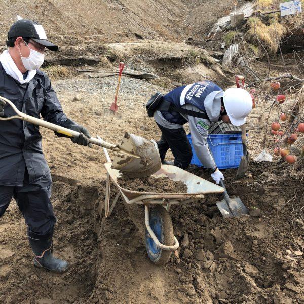 住家や畑での泥のかき出し支援に